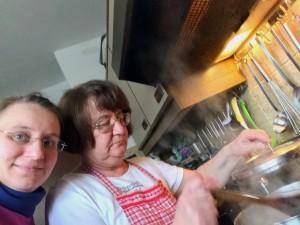 DrMama und ich beim Kochen der Kohlrabisuppe